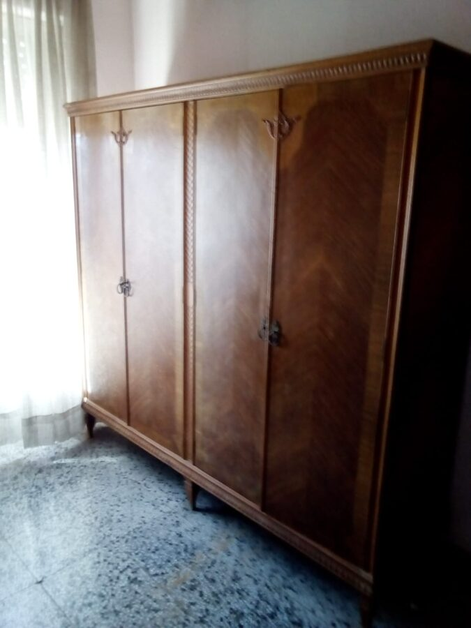 Armario de 4 puertas antiguo
