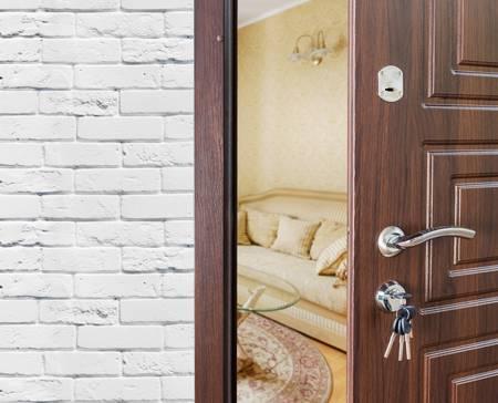 puerta de vivienda abierta para que se pueda entrar a trabajar