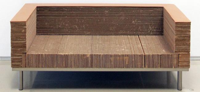 Sofá fabricado con listones de madera